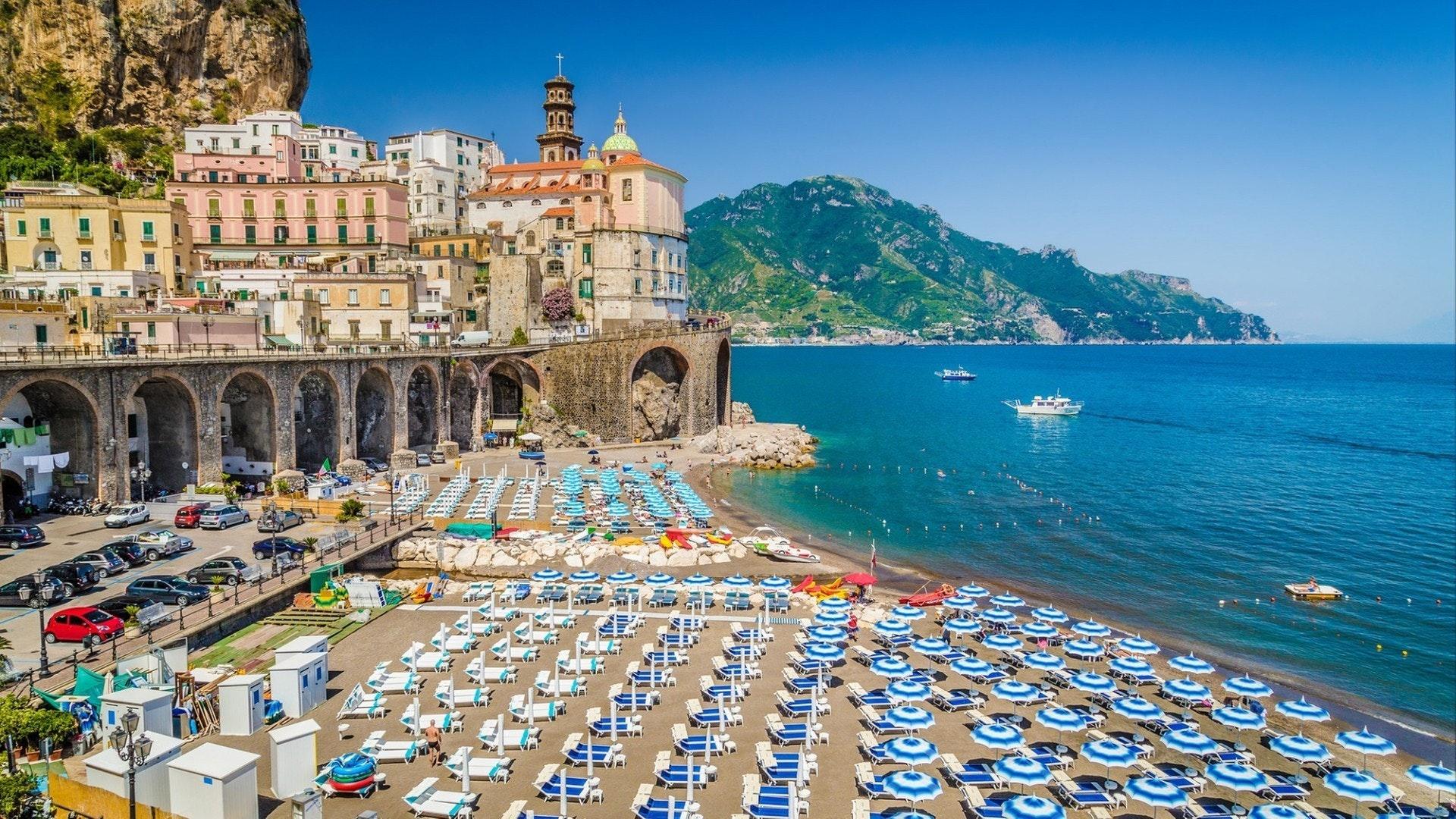 イタリアのカンパニア州サレルノ湾と有名なアマルフィ海岸にある美しい町アトラニの絵葉書ビュー