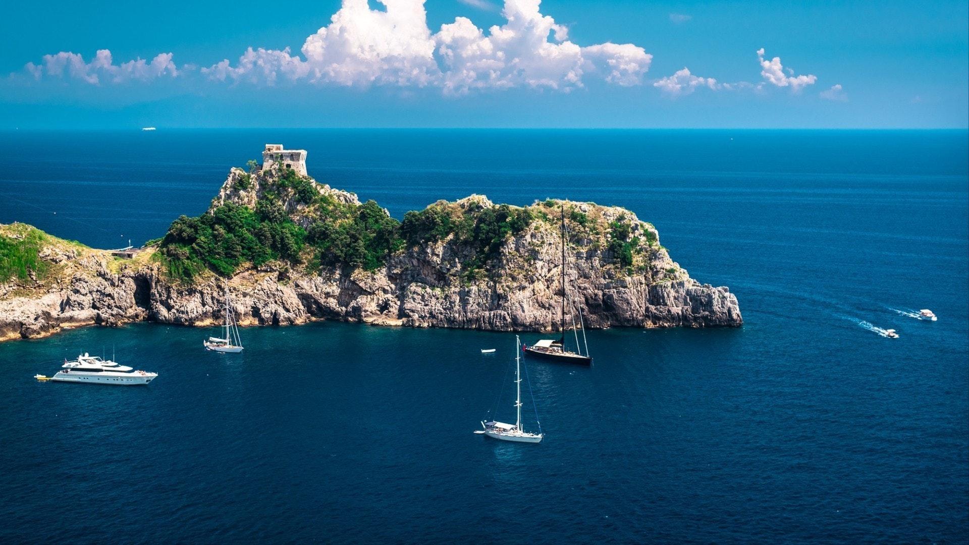アマルフィ海岸 丘と地中海の素晴らしい風景。 イタリア