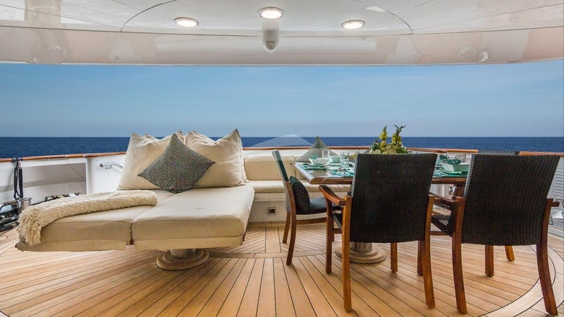 MAIN-AFT-DECK-DINING-AND-DAYBEDS