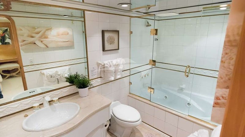 SUITE LIFE :: Master bath with Jacuzzi