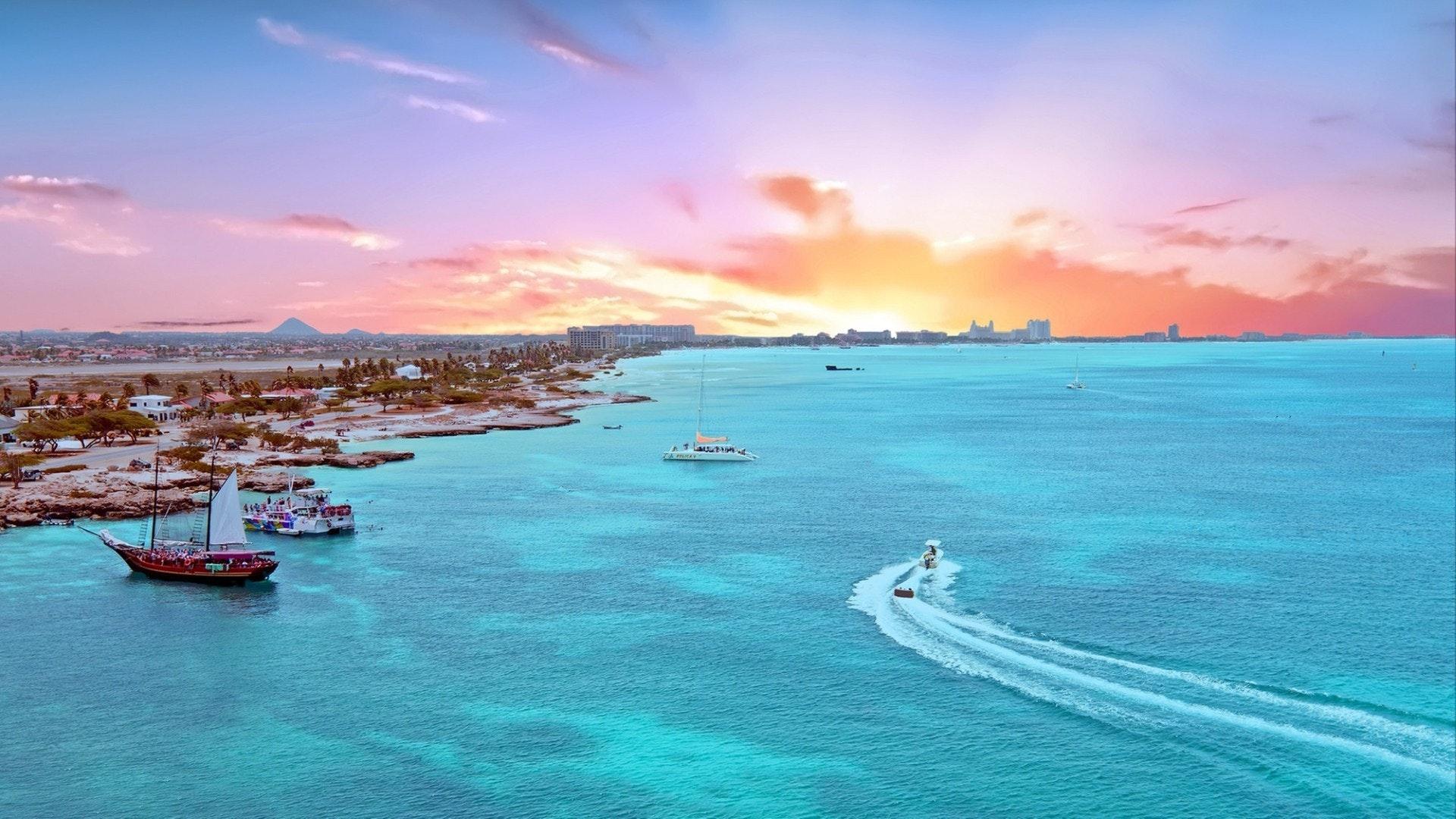Aérienne de l'île d'Aruba dans la mer des Caraïbes au coucher du soleil