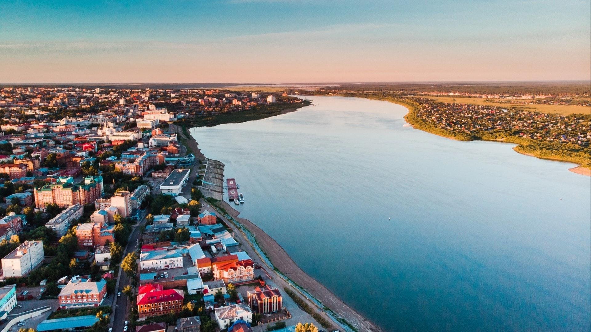 トムスクの街並みシベリア, ロシア. トム川 ドローンの空中上面図