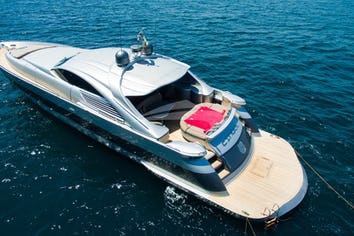 Luxury charter yacht CINQUE