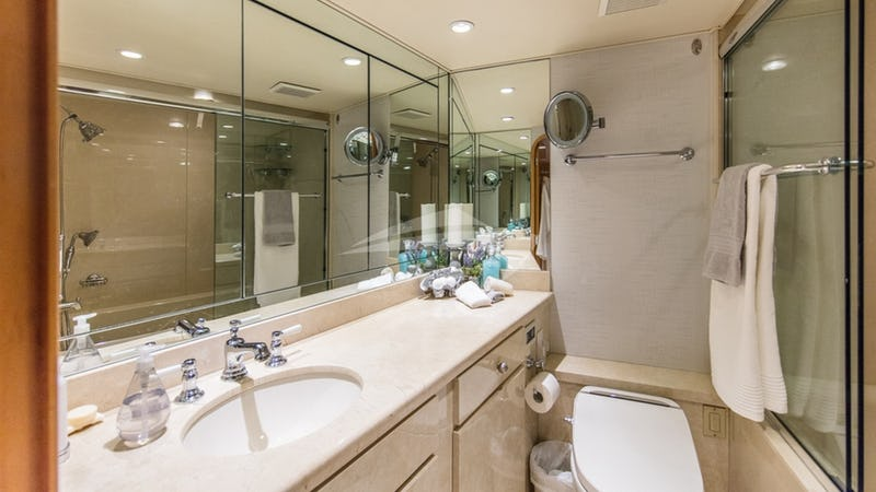 Master ensuite bathroom w/jacuzzi tub