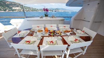 船尾甲板用餐