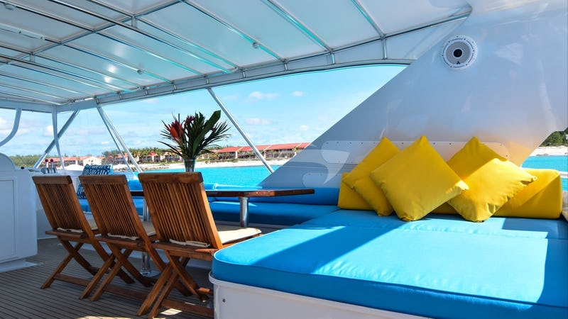 ISLAND VIBES :: Flybridge dining and lounge area