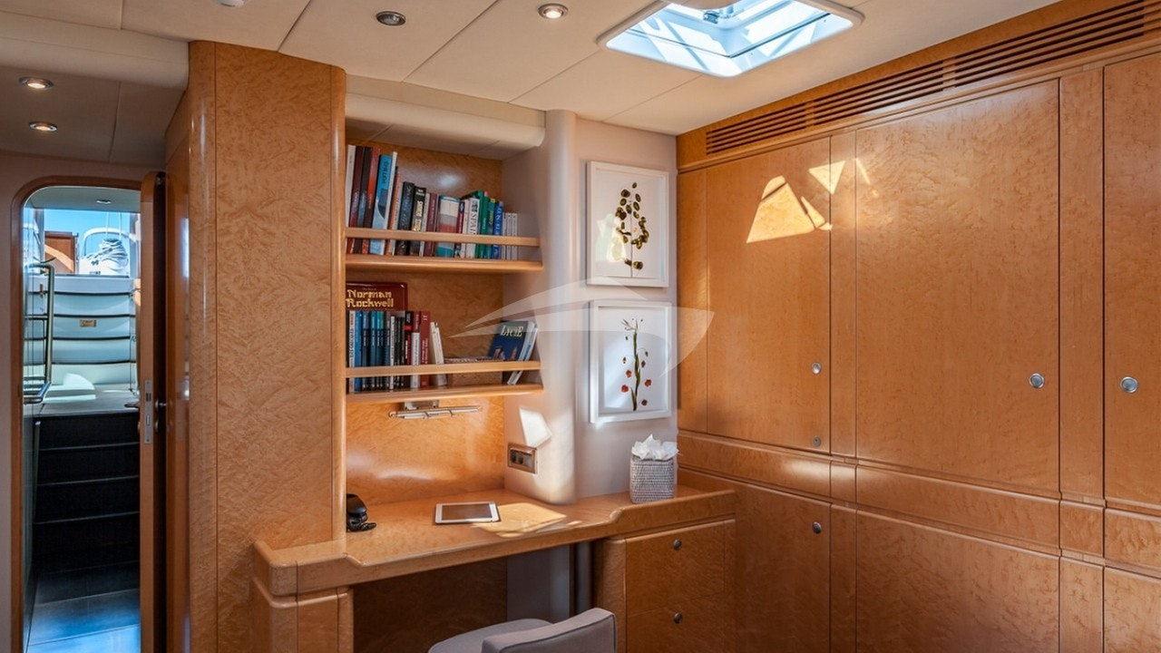 Master cabin with the desk