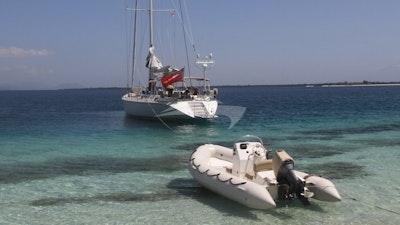 ヨットとテンダー
