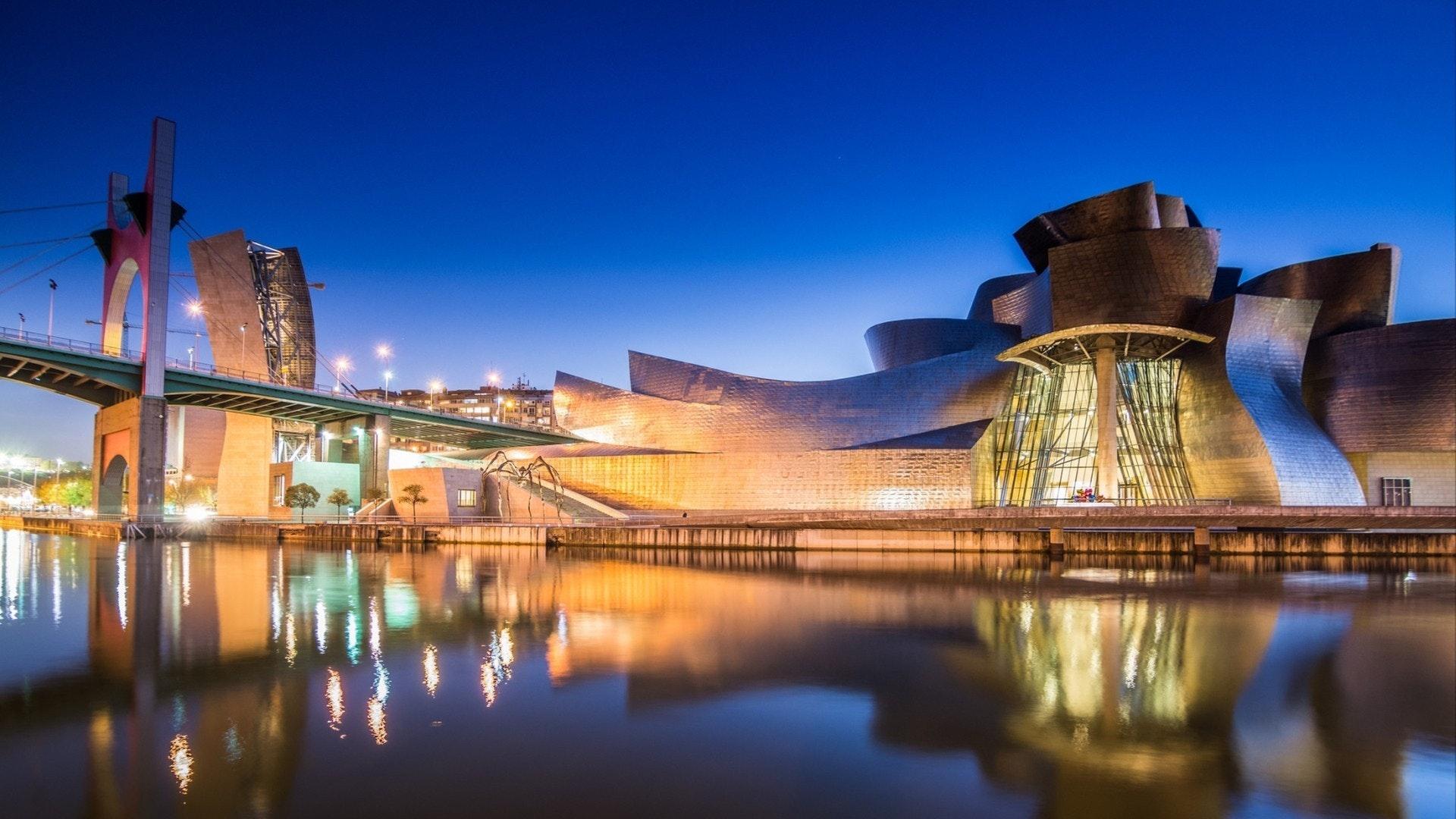Vista nocturna del Museo Guggenheim de arte moderno y contemporáneo
