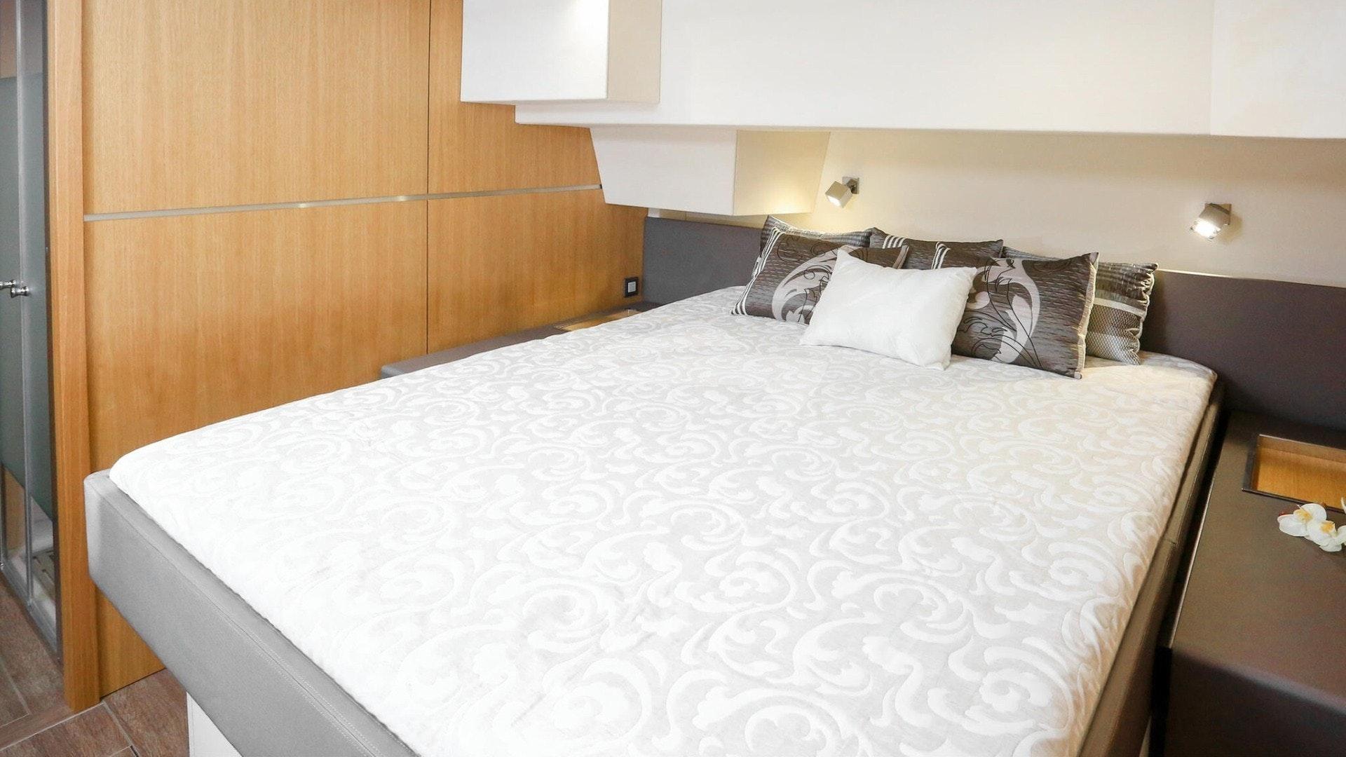 Queen berth guest suite