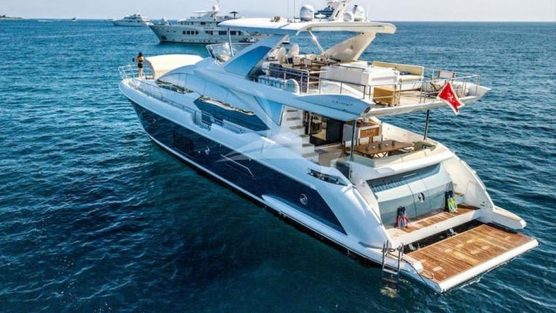 Yacht Charter INVICTUS