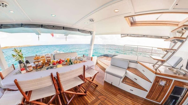 DOLCE VITA :: aft deck seating, dining and lounging