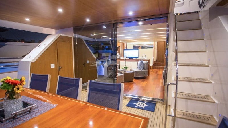 BLU OCEAN :: Main deck entrance