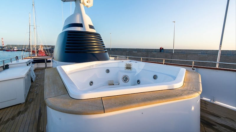 CHANTAL :: Deck Jacuzzi