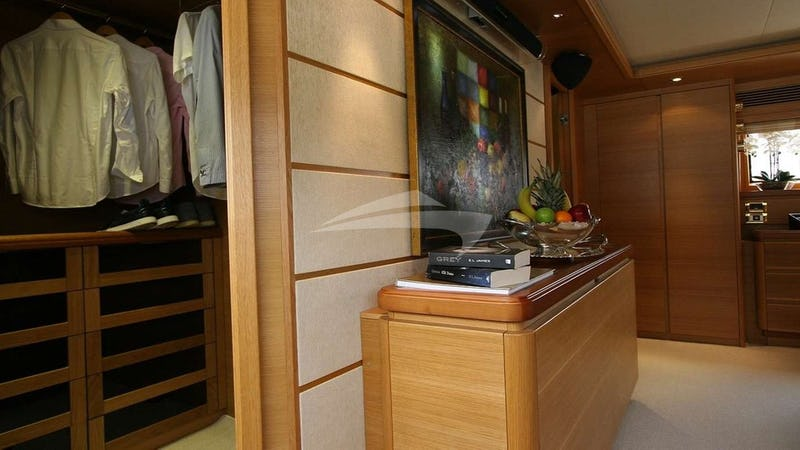 SEA LION II :: MASTER CABIN WALK IN CLOSET