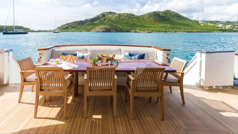 Aft dining and deckspace