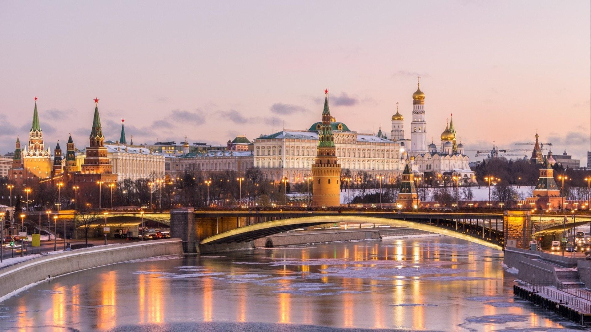 Panorama des alten Moskauer Kreml und Bolschoi-Kamenny-Brücke bei Sonnenuntergang