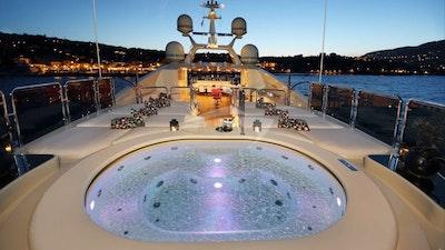 按摩浴缸和阳光甲板
