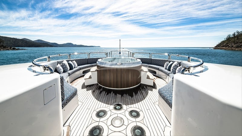 SPIRIT :: Sundeck and Jacuzzi