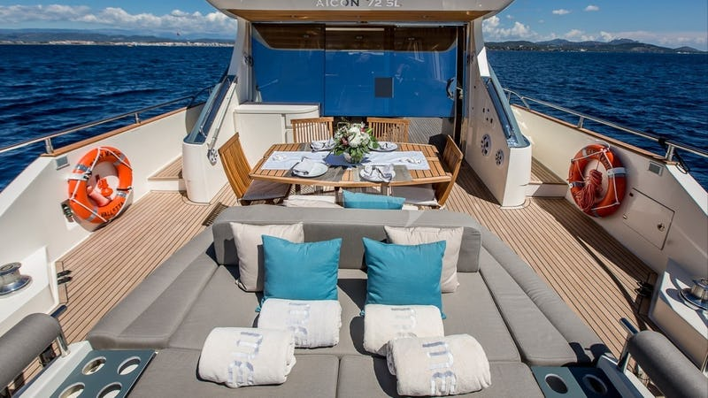 BABY MAGIC :: Aft deck dining and sunbathing