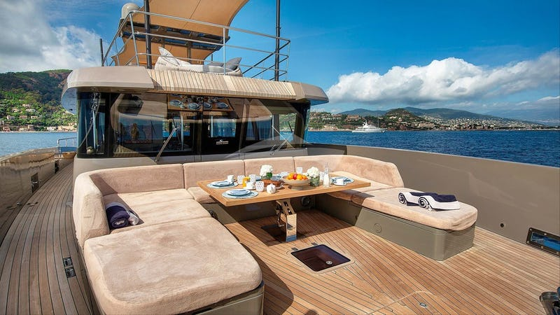 KOKONUT'S WALLY :: Foredeck seating and dining area