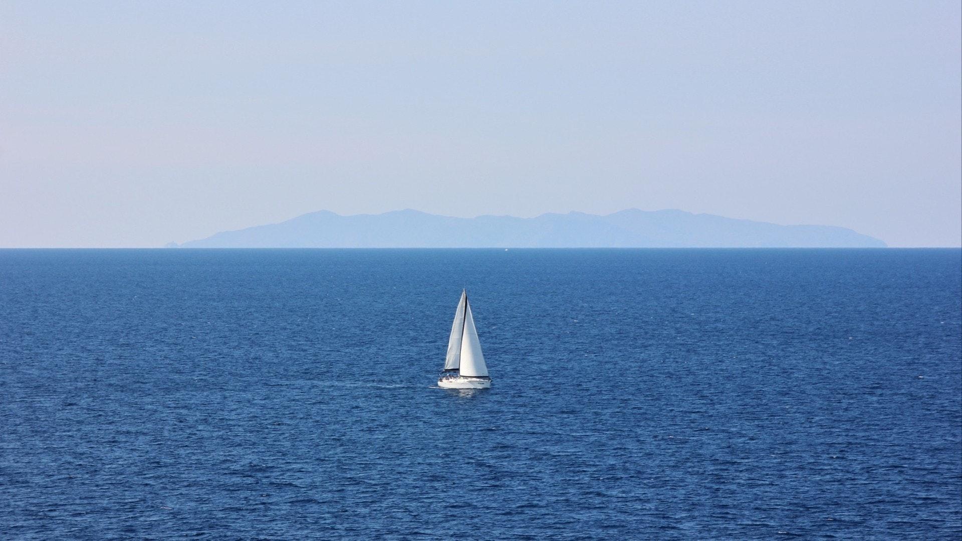 Voilier en face de l'île de Capraia. Île d'Elbe, Italie