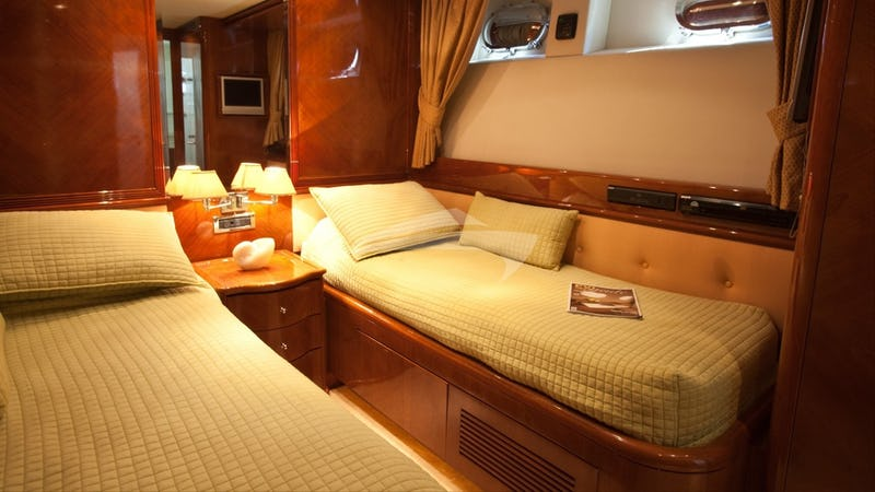 SUPER :: Guest cabin with twin beds