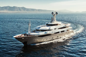 Luxury charter yacht LIGHT HOLIC