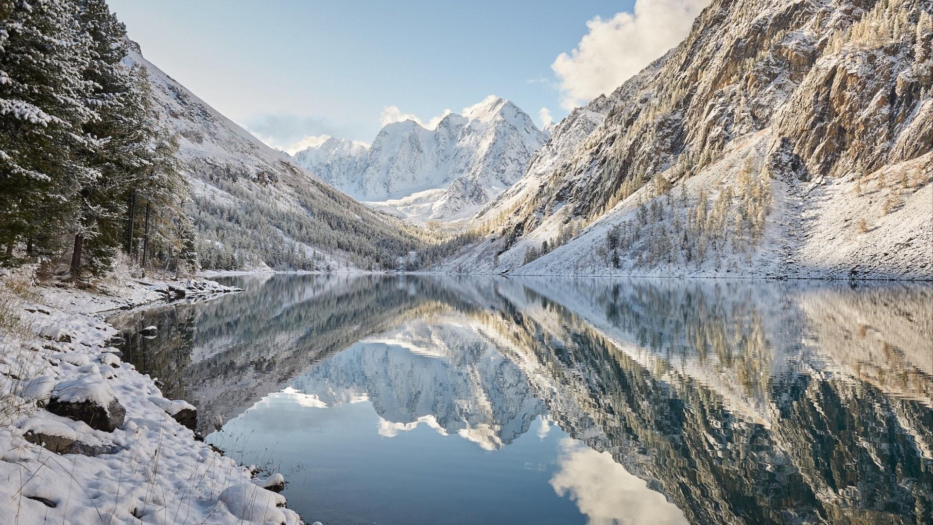 雪に覆われた冬の山湖、ロシア、シベリア、アルタイ山脈