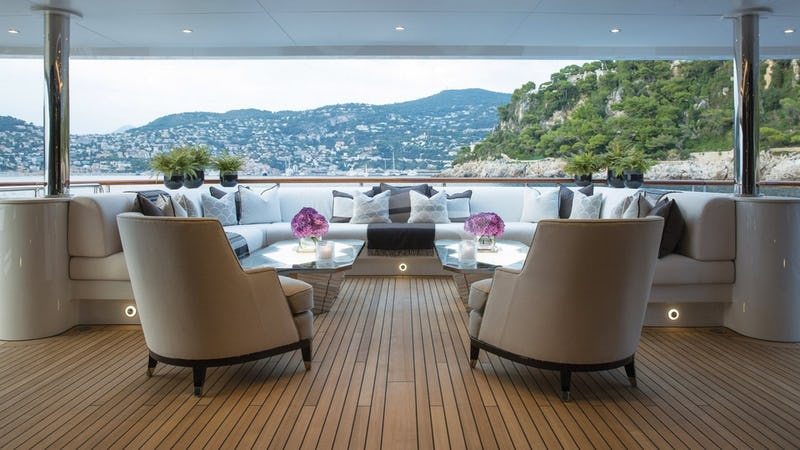 11.11 :: Aft deck seating