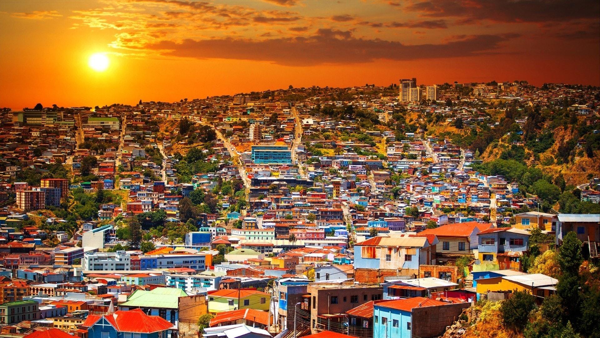 Красочные здания на холмах города Вальпараисо Всемирного наследия ЮНЕСКО
