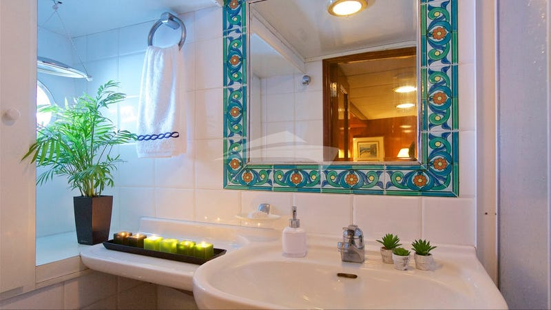 HERMINA :: Bathroom