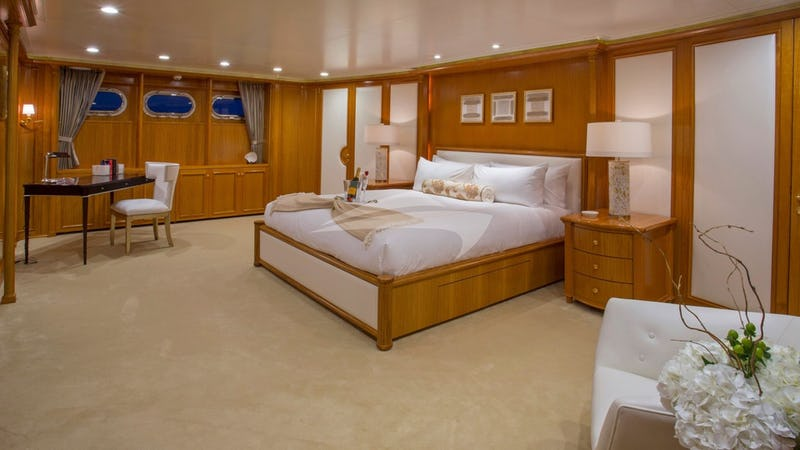LADY VICTORIA :: Master Stateroom