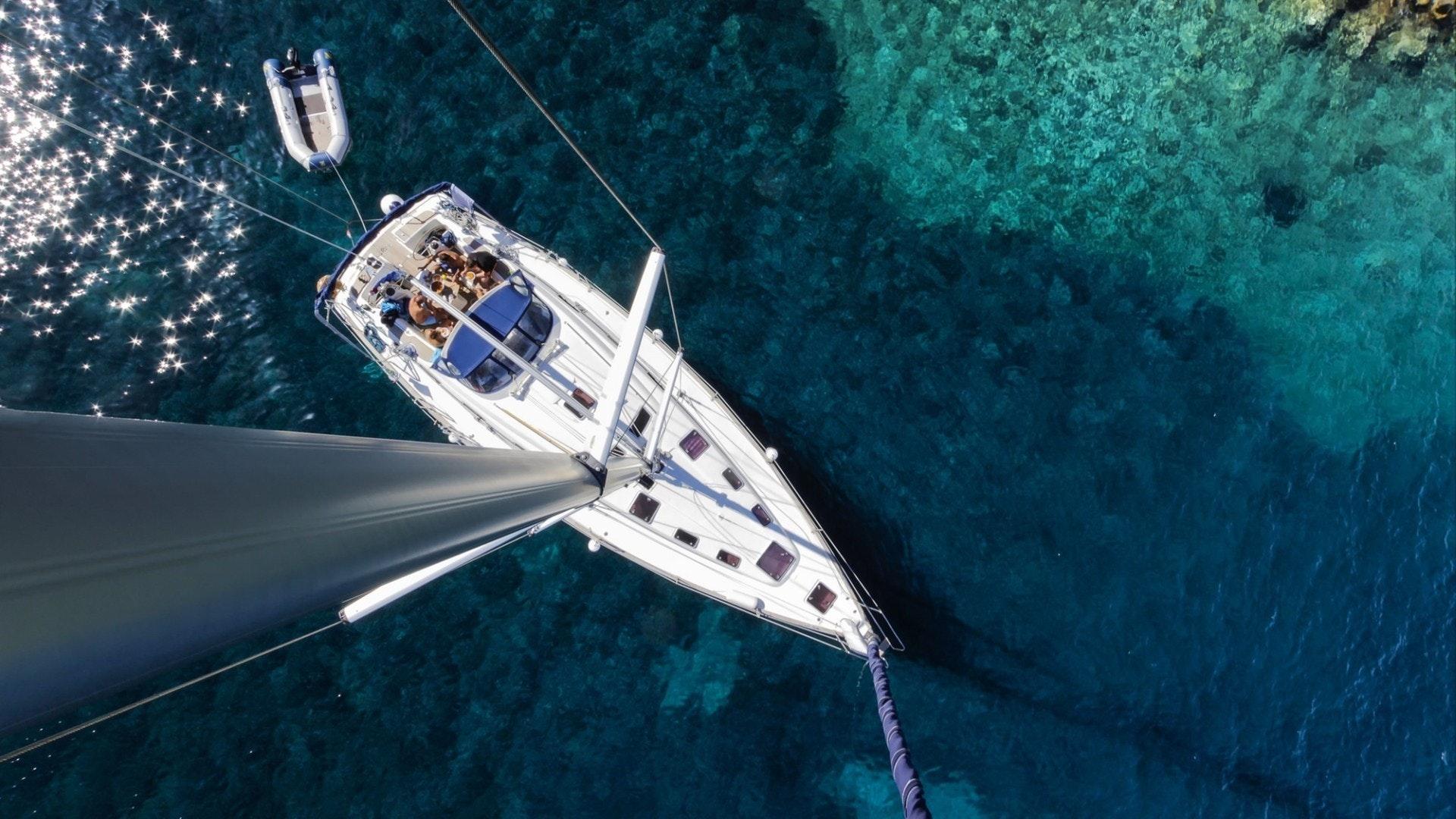 アドリア海で休息している小さなセーリングヨットチャーターの鳥瞰図