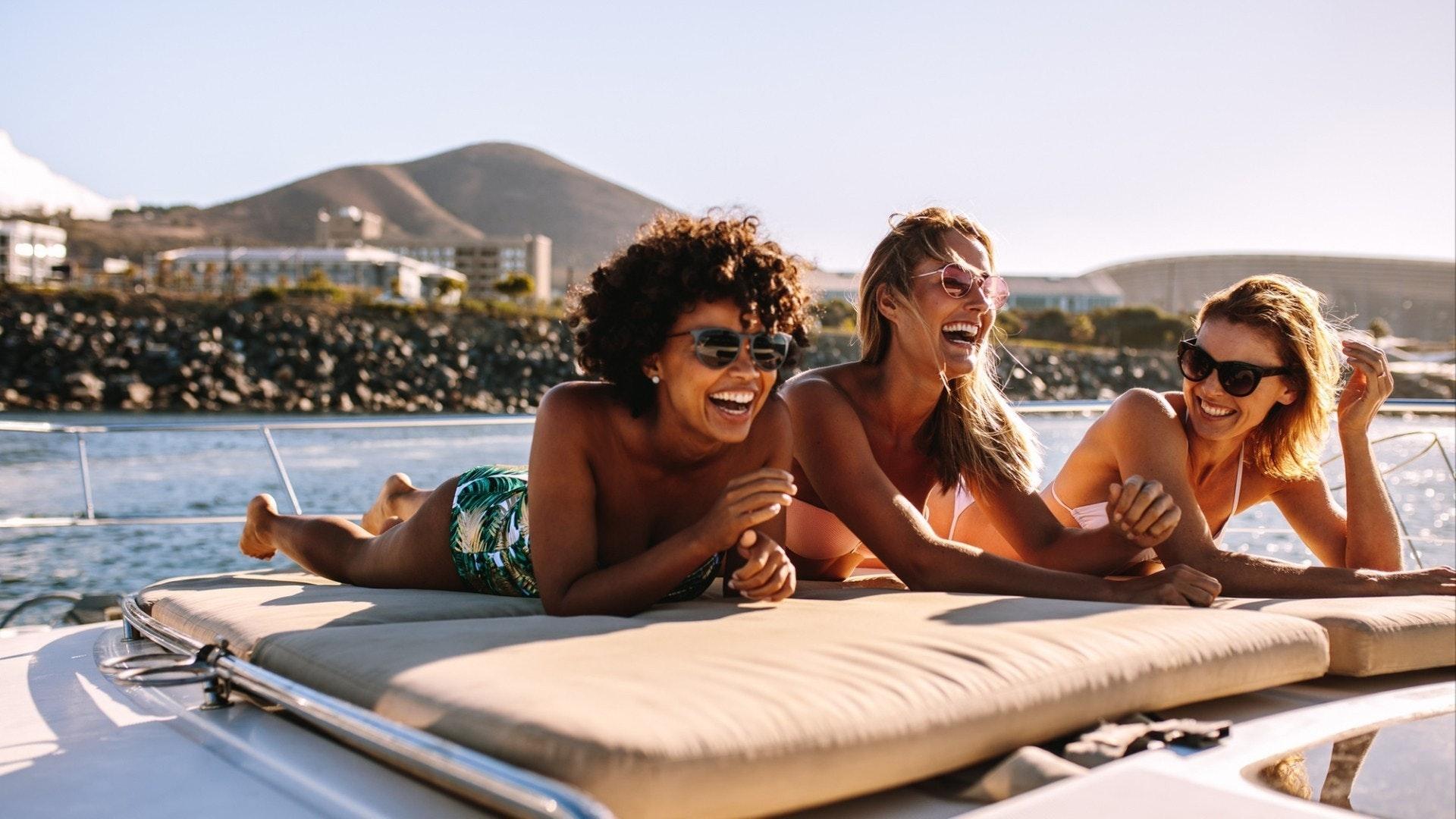 海のプライベートヨットデッキで笑う