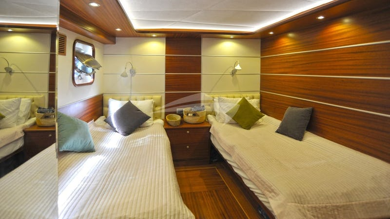 DRAGONFLY :: Aft twin cabin