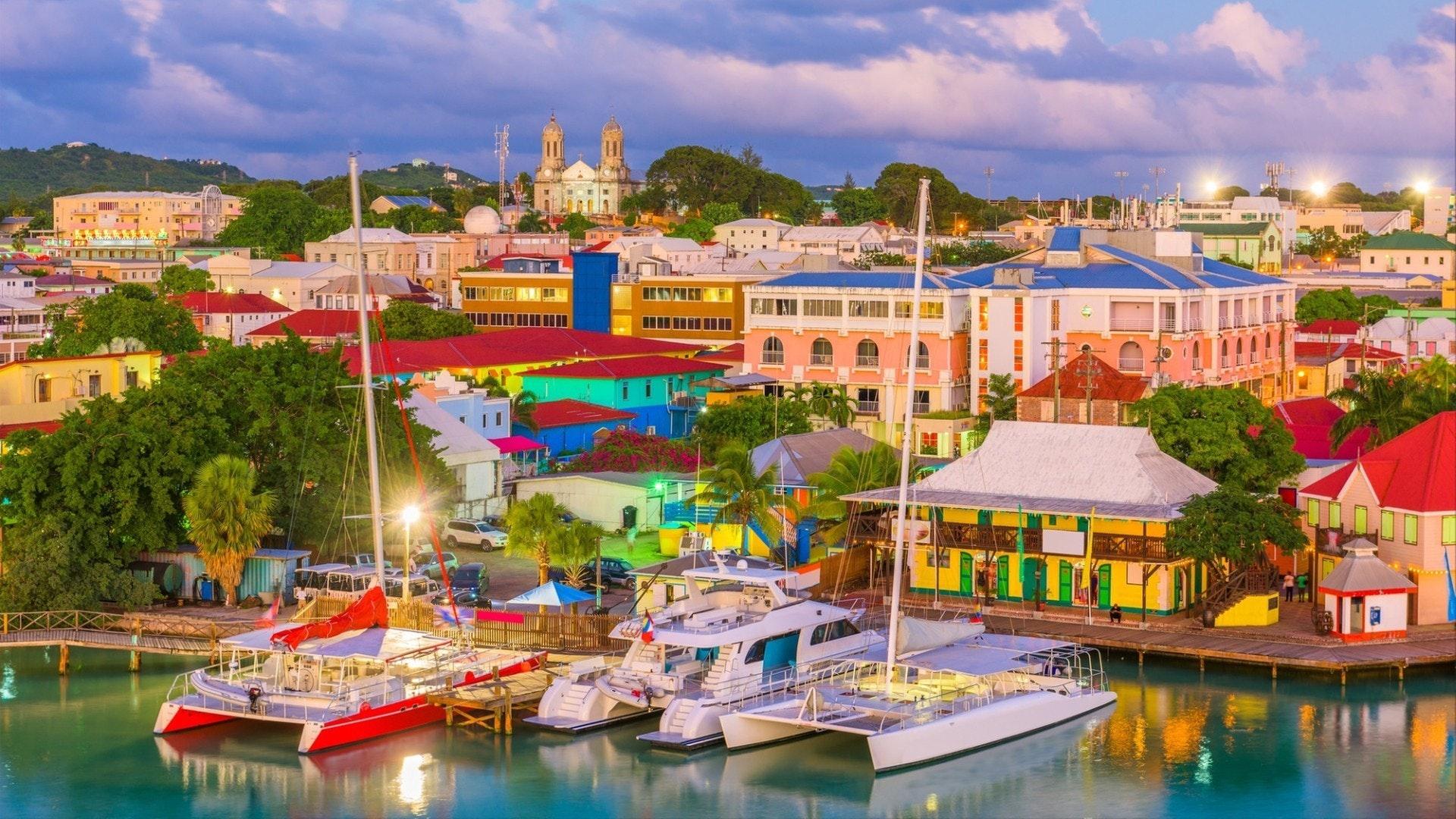 St. John's, le port d'Antigua et la ligne d'horizon au crépuscule