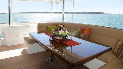 船尾甲板餐桌