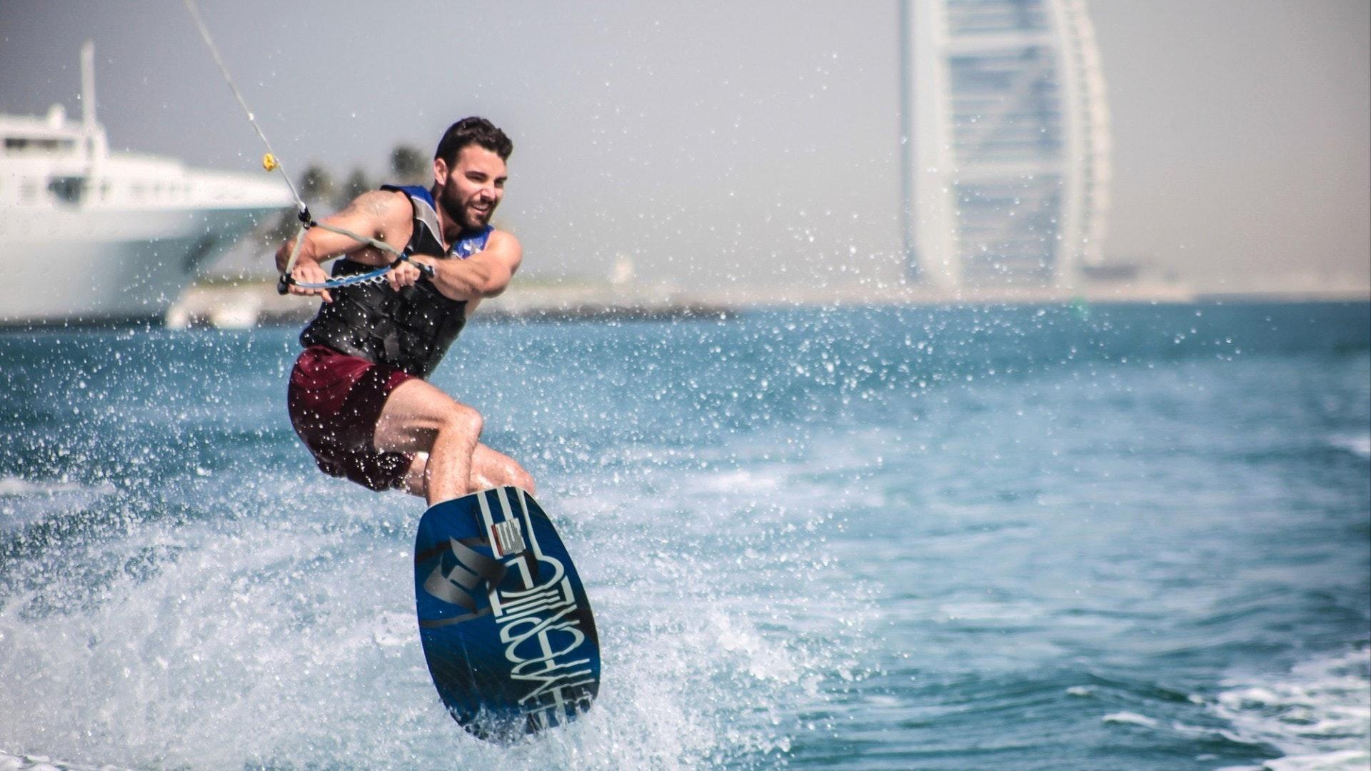 Wakeboarder desfrutando de um dia perfeito na Marina de Dubai perto de Burj Al Arab