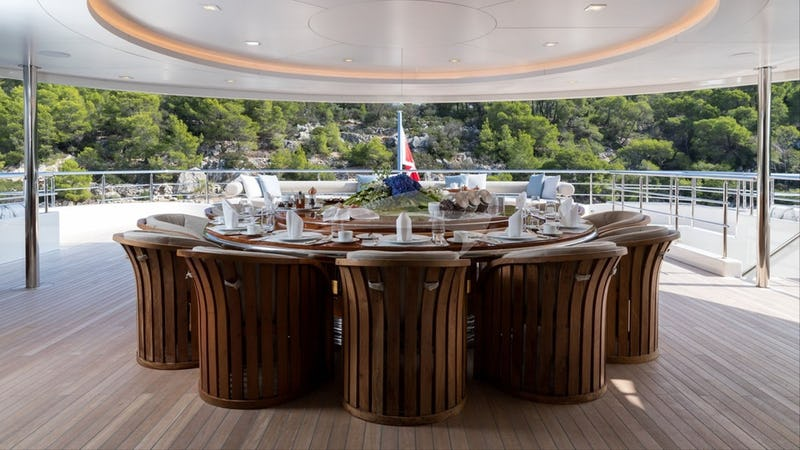 Aft deck space and dining table