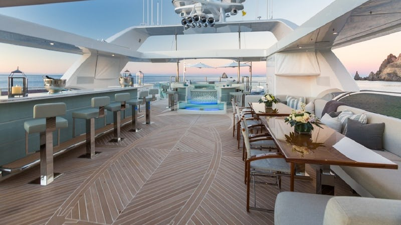 Sundeck to jacuzzi