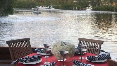 Salle à manger en plein air sur la terrasse arrière