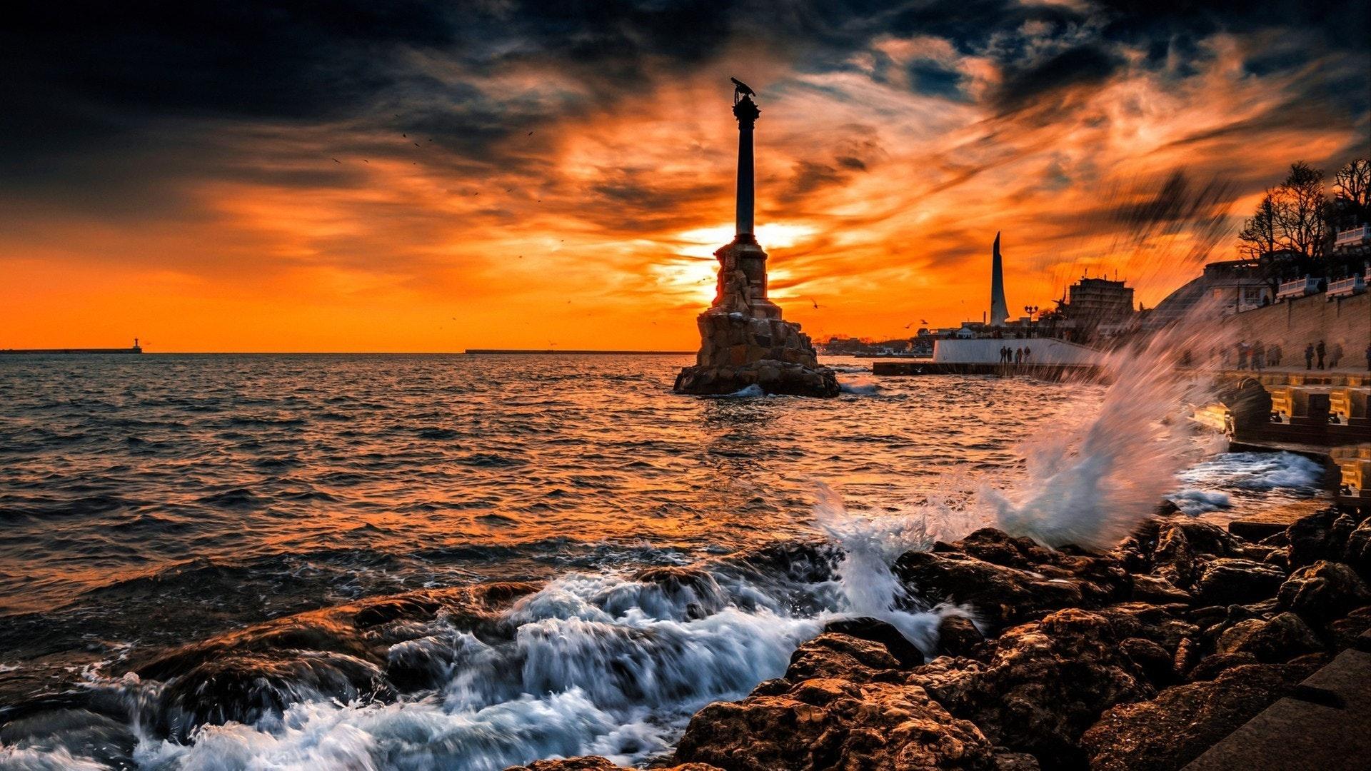 ungesetzt am Berg Seestadt. Sonnenuntergang Schwarzes Meer in Sewastopol, Russland