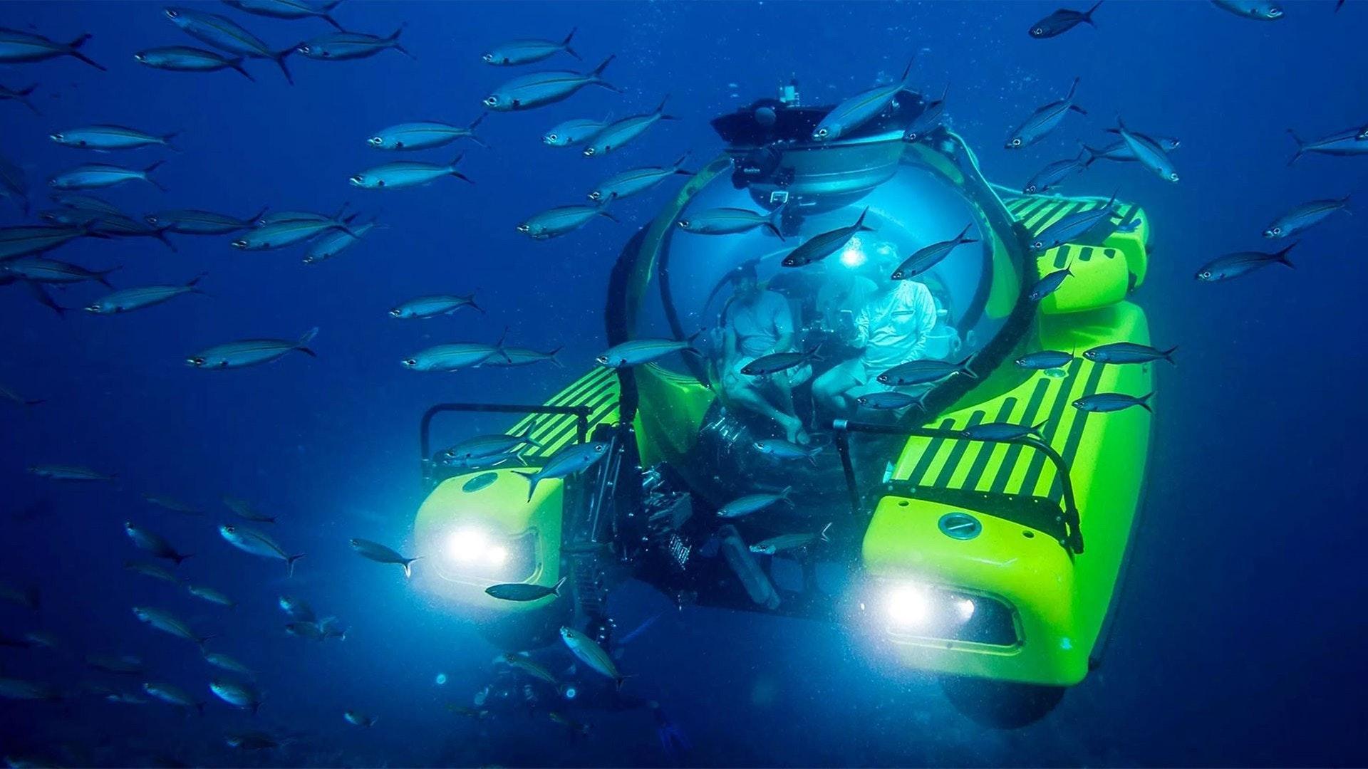 Mergulho submarino Triton através da escola de peixes
