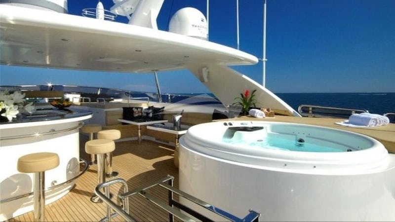 TRIPLE 888 EIGHT :: Deck Jacuzzi