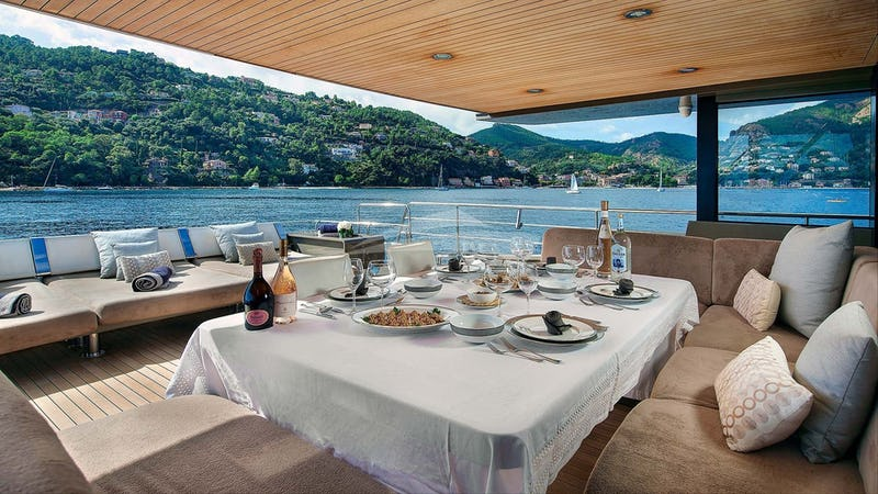 KOKONUT'S WALLY :: Aft deck and outdoor dining