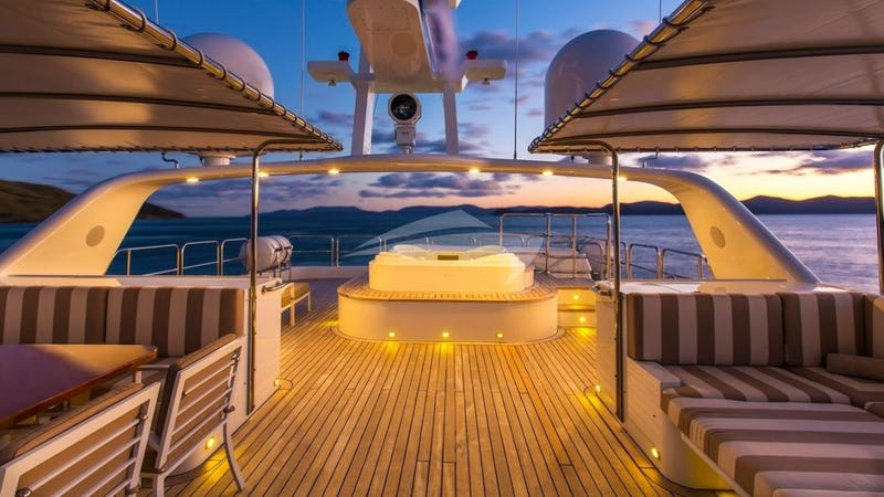 SILENTWORLD :: Sundeck & Jacuzzi at night