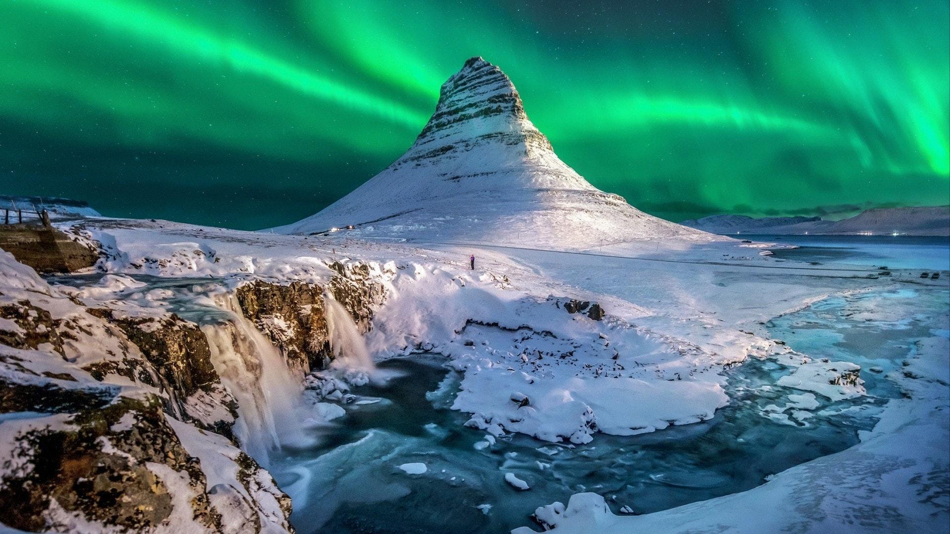 aurores boréales apparaissent au-dessus du mont Kirkjufell en Islande.