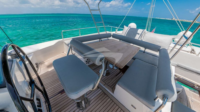 DOLCE VITA :: Flybridge for lounging and sunbathing