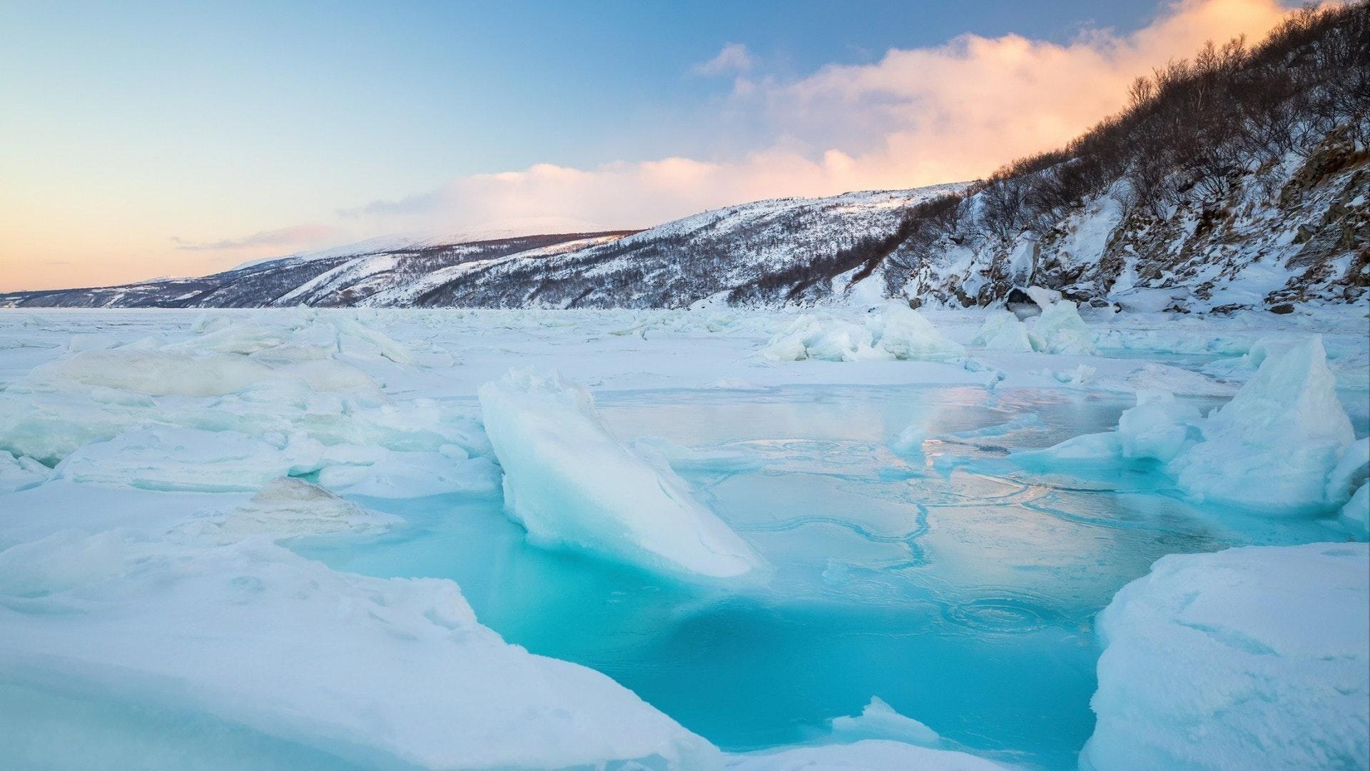 海、氷、海岸の美しい冬の風景